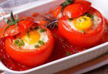 Skanūs pusryčiai šeimai: kepti kiaušiniai pomidoruose