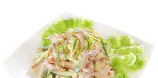 Salotos su marinuotais grybais, kumpiu ir šviežiais agurkais