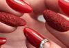 Raudonas manikiūras, kuris niekuomet neišeis iš mados. Pasisemkite idėjų