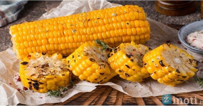 Orkaitėje kepti kukurūzai su prieskoniais ir sviestu. Skonis primins vasarą!