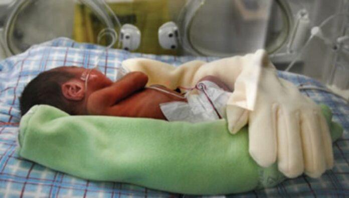 Moteris ankstukų palatoje paliko pirštinę: tai padėjo užtikrinti kur kas geresnį kūdikio miegą