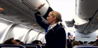 Stiuardesė beldė į bagažo spintelę. Kai suprato, ką tai reiškia, keleiviai liko nustebę