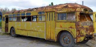 Mergina nusipirko seną autobusą. Ir pavertė juos svajonių namais!