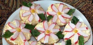 Šventiniai sumuštiniai su krabų lazdelėmis ir lydytu sūriu