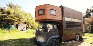 Iš išorės tai atrodo kaip paprastas namelis ant ratų. Bet pažiūrėkite į jo vidų!