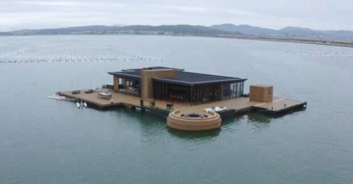 Svajonės pildosi: vyras pastatė 56 kvadratinių metrų ploto namelį ant vandens!