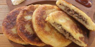 Bulvių tešlos blynai su mėsa. Skanus patiekalas pietums ar vakarienei