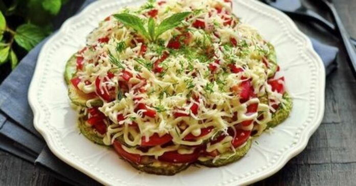 Sluoksniuotos cukinijų salotos. Greitas ir skanus patiekalas