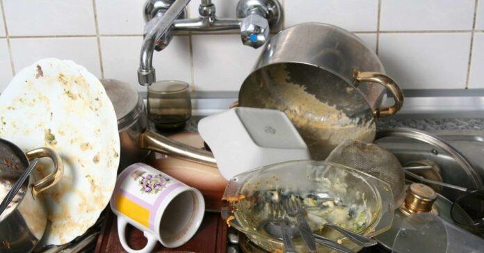 Kodėl nešvarūs indai neturėtų likti virtuvėje per naktį?