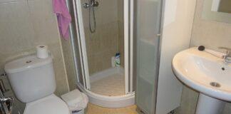 Mažas vonios kambarys ir dušo kabina. Ar tai geras sprendimas?